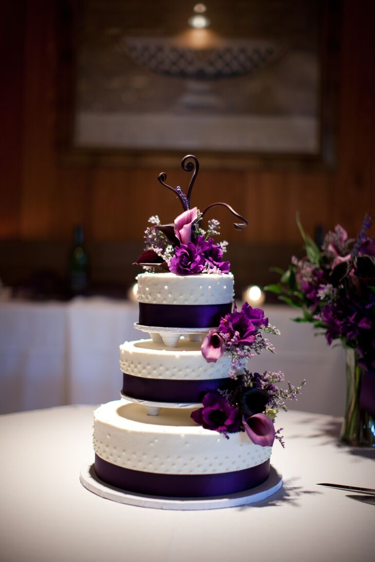 black and purple wedding cakes black and white wedding cake with purple calla lilies 11822