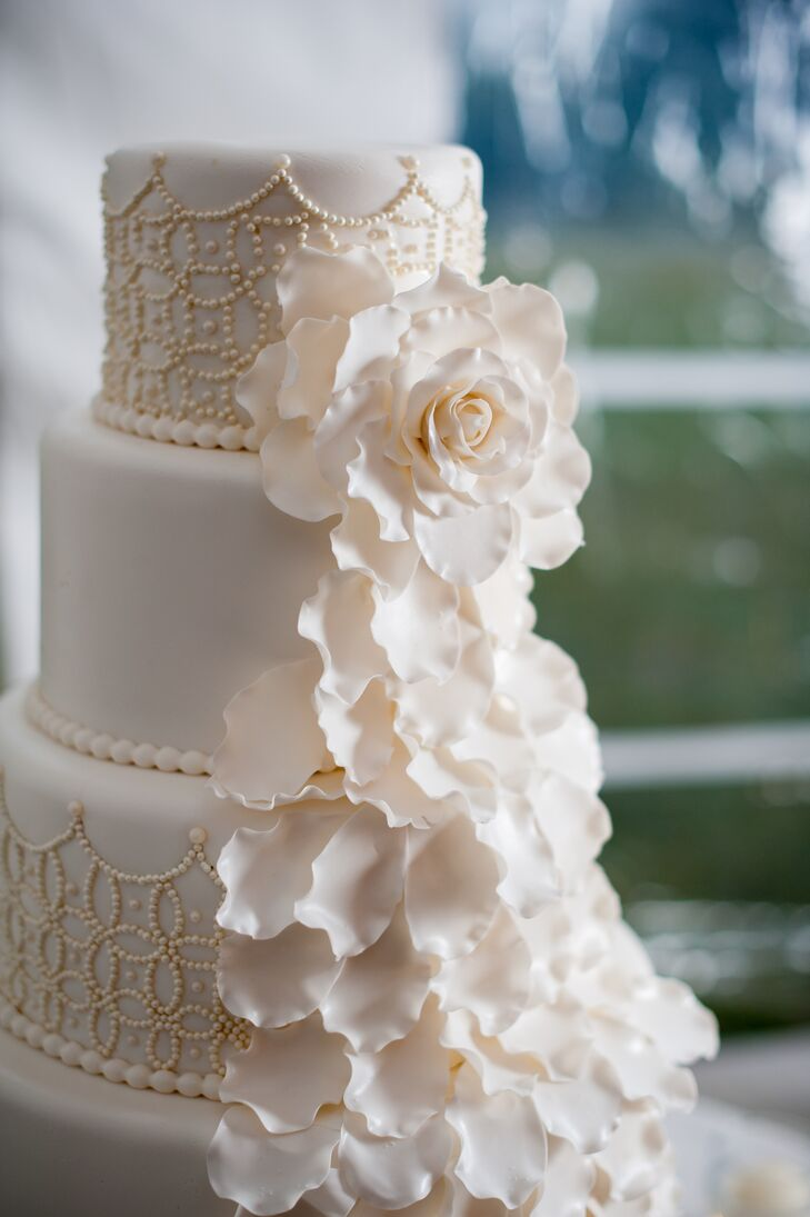 wedding cake with flowers down the side white wedding cake with cakeflowers 26881
