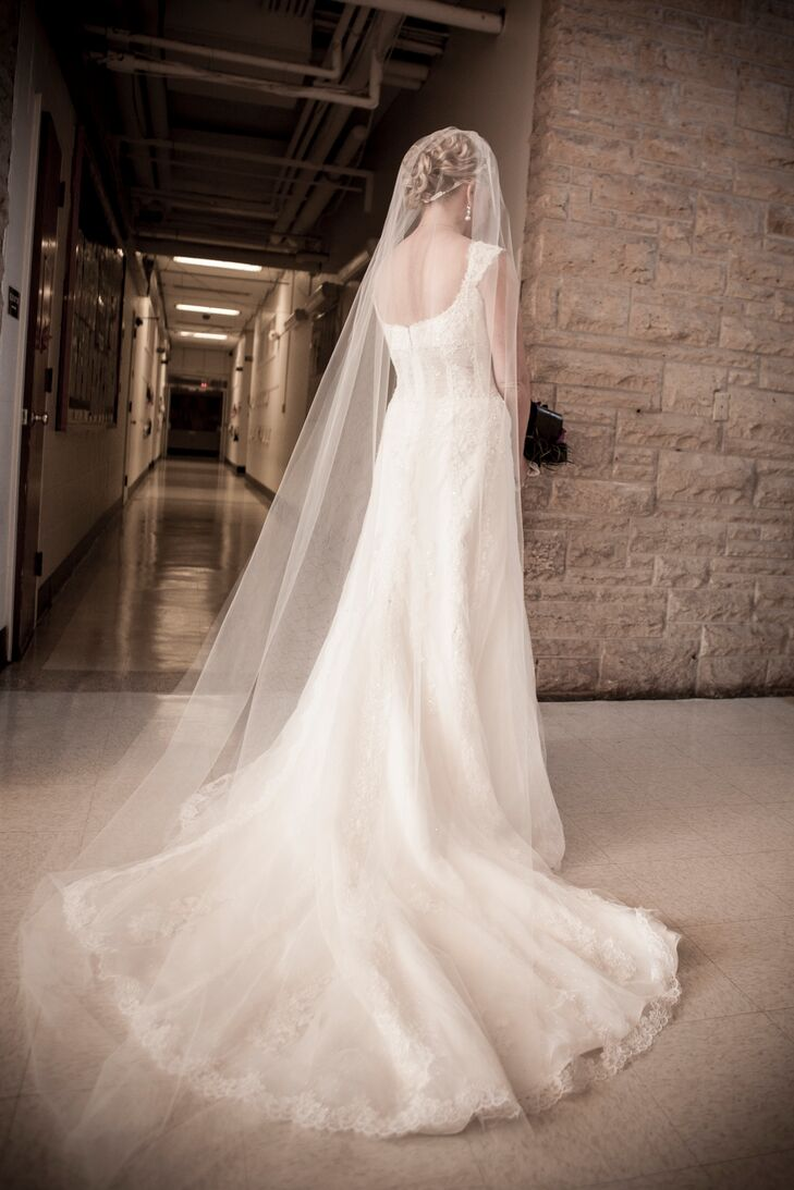 Liza wore a gorgeous lace Pronovias wedding dress with a cathedral-length veil.