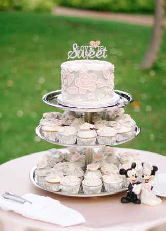 wedding cake | Cristina Elena Photography | Blog.theknot.com